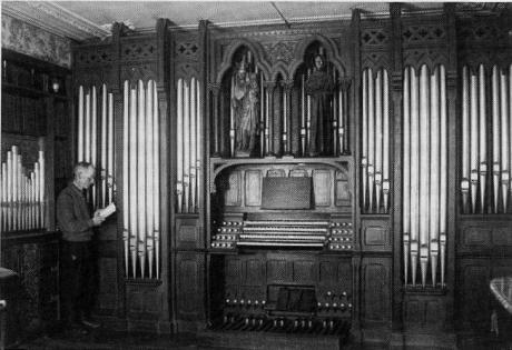 A. Alain devant son orgue en 1955